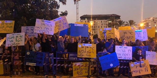 """מפגינים מול ביתו של המנכ""""ל רן גוראון, צילום: אגף הדוברות בהסתדרות"""
