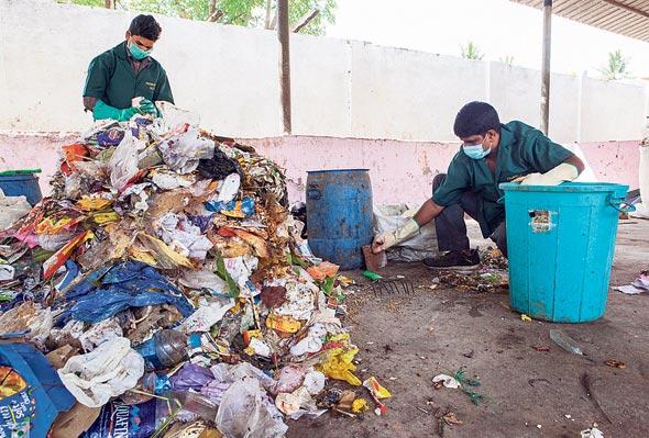 פועלים ממיינים פסולת פלסטיק ביתית