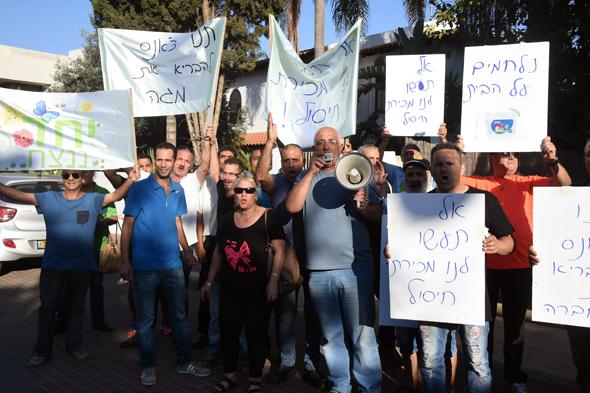 עובדי מגה מפגינים מול ביתו של דודי ויסמן באבן יהודה, צילום: יאיר שגיא