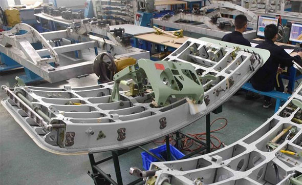 עובדים במפעל המטוסים של צ