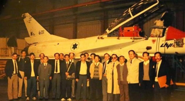 משלחת סינית מבקרת את הלביא בתעשייה האווירית. רביעי מימין: מר סונג ווקונג