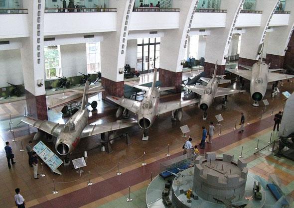 """מטוסי סין במוזיאון, משמאל: J5 (מיג 17 בייצור מקומי), J6 (מיג 19), J7 (מיג 21) ו-J8 (פיתוח מקומי, ע""""ב מיג 21)"""