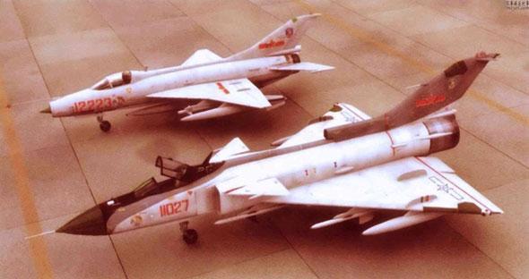 עיצוב הקונספט של ה-J9, ומאחוריו מטוס ה-J7