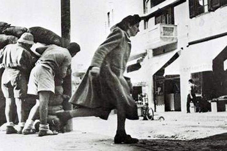 אזרחים בשוק הכרמל בזמן מלחמת העצמאות נמלטים מירי משכונת מנשייה