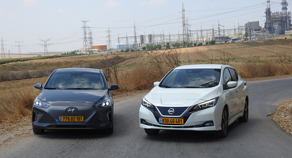 מימין: רכב ניסאן ליף ויונדאי איוניק חשמליות (אילוסטרציה)