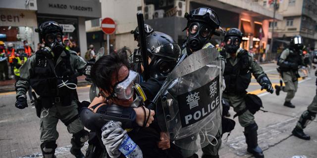 הונג קונג: 15 פצועים בהם אחד במצב אנוש בעימותים עם המשטרה בזמן חגיגות ה-70 לסין