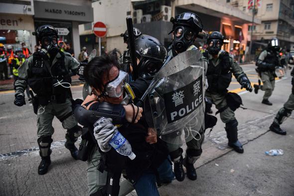 שוטרים נאבקים עם מפגינים בהונג קונג