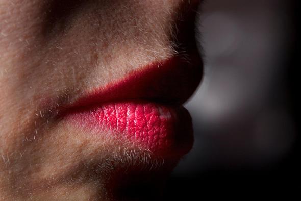 """LIPSTICK AND FACIAL HAIR, 2014. קלוז־אפ על שפתיה של קרוצ'י, מתוך הספר. """"אני מעדיפה לא להסתכל על איך היינו בגיל 28 אלא על איך שאנחנו עכשיו"""""""
