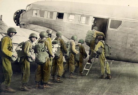 צנחנים עולים למטוס אמיו AAC1, גרסה צרפתית ליונקרס 52 הגרמני