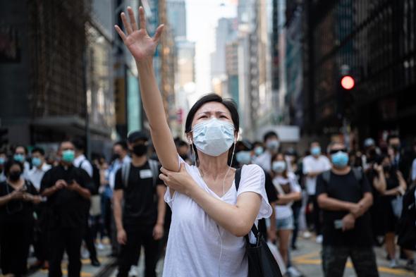 מפגינה בהונג קונג, צילום: גטי
