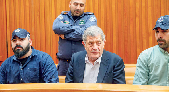 מיקי גנור (במרכז) בבית המשפט. טענה לאפליה בינו לבין יתר החשודים בתיק 3000, צילום: אוהד צויגנברג