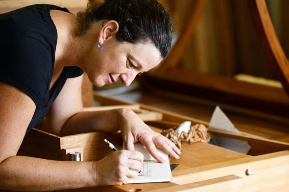 קרן הראל ושולחן התפירה שיצרה. לשלב בין נגרות למלאכות אחרות, צילום: מושיק ברין