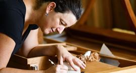 פנאי קרן הראל ו שולחן התפירה שיצרה, צילום: מושיק ברין