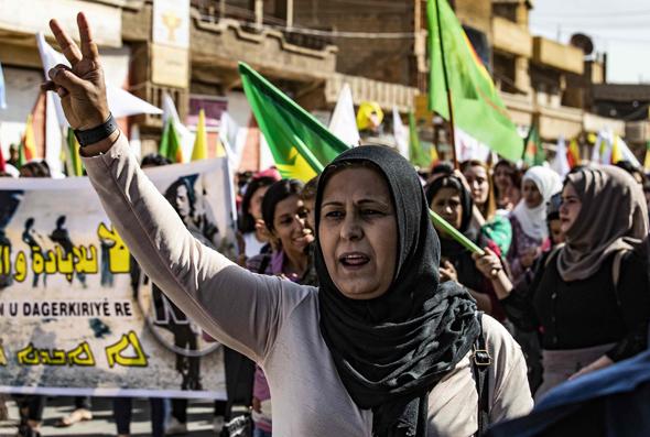 """הפגנה של הכורדים נגד נסיגת ארה""""ב, צילום: איי אף פי"""