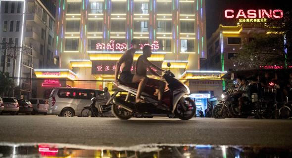 סיהאנוקוויל בלילה. בתי קזינו סיניים שמעסיקים עובדים מסין. החוק אוסר על הקמבודים המקומיים להשתתף בהימורים, צילום: בלומברג