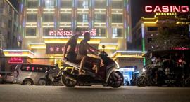 סיהאנוקוויל בלילה בתי קזינו סיניים שמעסיקים עובדים מ סין, צילום: בלומברג
