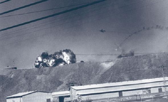 פאנטום ישראלי (במרכז) כשמצדדיו נופלים ומתפוצצים מטוסי אויב, צילום: ארכיון חיל האוויר