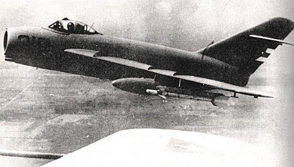 טיל K13 תחת כנפו של מטוס מיג, צילום: Topwar