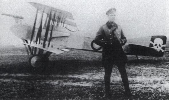 ספאד ברוסיה, לפניו סגן באשינסקי, הטייס שרשם בעזרתו הפלה. המטוס הוא מגרסה SA4 הניסיונית, של טייסת 19, צילום: scalemodels.ru