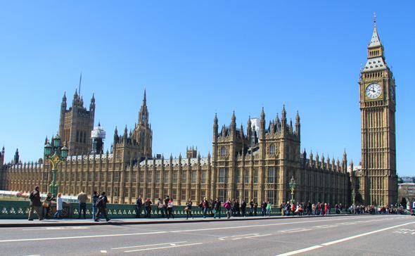 בניין הפרלמנט בלונדון. הממשלה מעכבת את יישום תוכנית ההבראה למערכת הרווחה