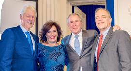 """מימין: פרופ' אלעזר אדלמן, הנשיא לשעבר ג'ורג' בוש, ד""""ר יהודית ריכטר והנשיא לשעבר ביל קלינטון, צילום: Joanne Amos"""