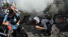 דיכוי הפגנה בצ'ילה, 2019. המשטר מפעיל מערכת של סירקלס, צילום: אי פי איי