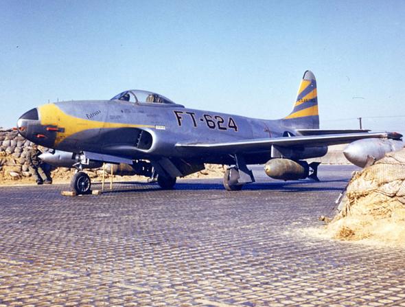 מטוס F80 אמריקאי בהכנה לגיחת הפצצה בקוריאה