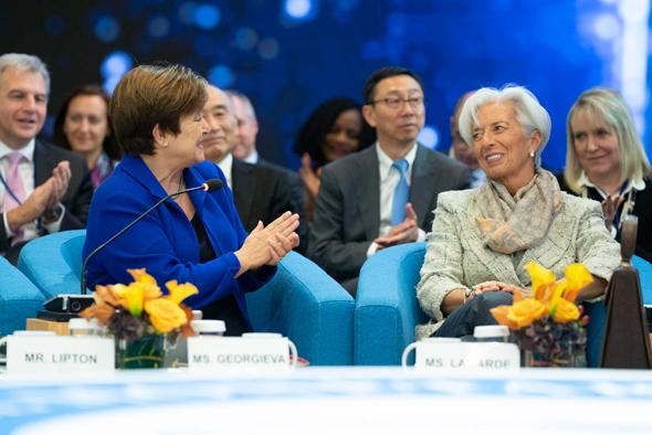 """כנס קרן המטבע הבינלאומית בשבוע שעבר. מימין: יו""""ר הקרן בעבר כריסטין לגארד והיו""""ר החדשה קריסטלינה גאורגייבה, צילום: אי פי איי"""