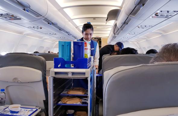 עגלת משקאות בקבינת מטוס, צילום: שאטרסטוק