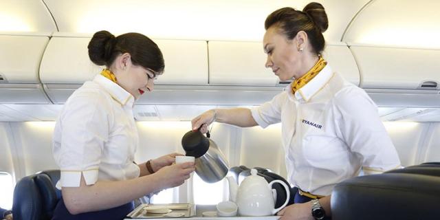 דיילות ממליצות: לעולם אל תשתו משקה חם במטוס