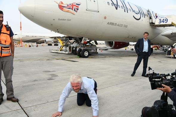 ריצ'רד ברנסון אמש עם נחיתתו בישראל. מנשק את האדמה