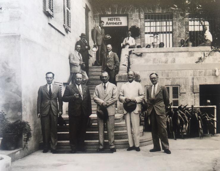 חברי ועדת פיל בכניסה למלון אפינגר