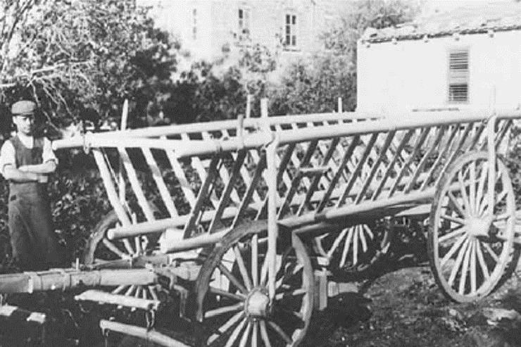 האח אפינגר במפעל הכרכרות שבבעלותו
