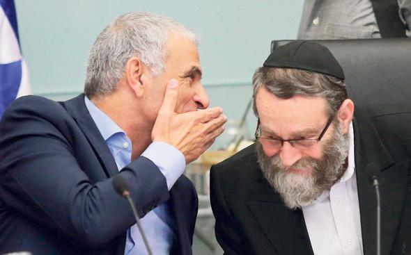 מימין משה גפני ו משה כחלון ועדת כספים עם דיון על תקציב, צילום: אלכס קולומויסקי