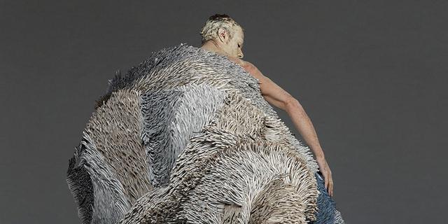 פייפר קאט: האמנית ביאנקה ספריינס מייצרת שמיכות מאלפי חתיכות נייר