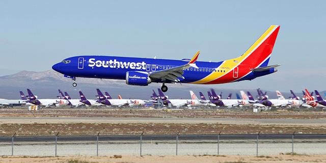הדיילת תובעת 50 אלף דולר: הטייסים התקינו מצלמות בתא השירותים