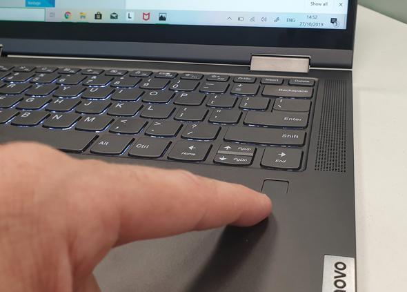 סורק טביעות האצבע של המכשיר, צילום: ניצן סדן