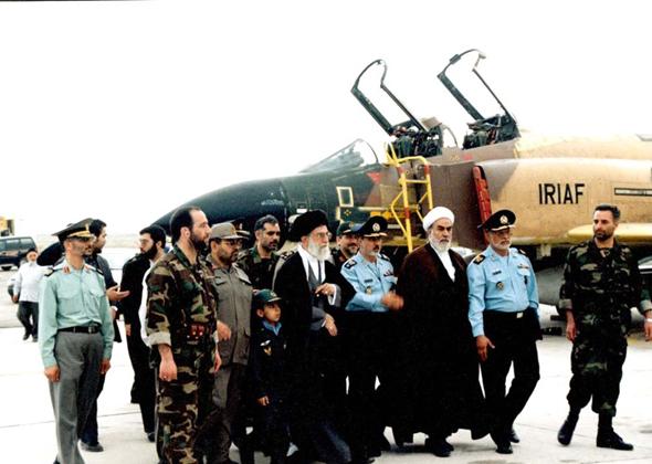 משלחת בכירי ממשלה מבקרת בטייסת פאנטומים איראנית