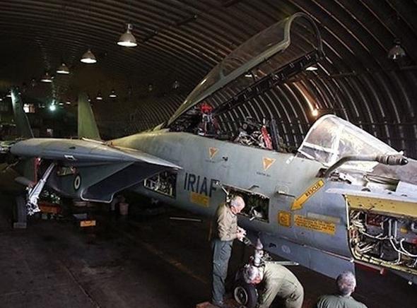 טכנאים איראניים מטפלים במטוס F14