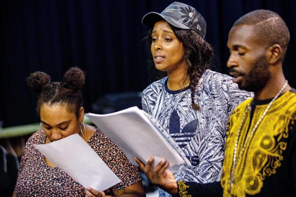 מימין: יוחי אדוארדס, אסתר רדא וטופז אבדנג. רוב הקאסט חדש בתיאטרון, צילום: טל שחר