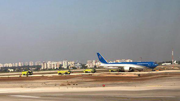 מטוס ראש הממשלה ומאחוריו כוחות כיבוי