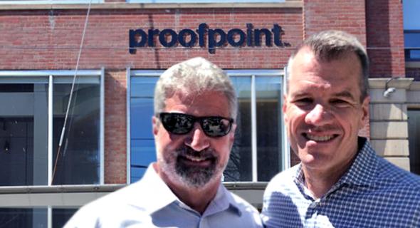 """מימין: מנכ""""ל Proofpoint גרי סטיל והיו""""ר אריק האהן על רקע מטה החברה"""
