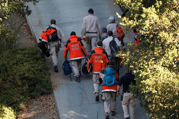 צוותי הצלה במחוז קונטה קוסטה בקליפורניה ליד הבית שבו נהרגו 5 מירי במסיבת ליל כל הקדושים , צילום: אי פי איי