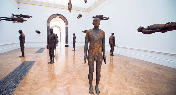 פסלים של אנתוני גורמלי. עוסק בגוף