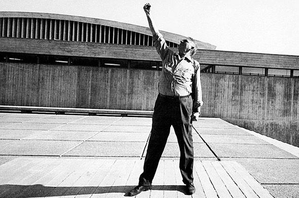 אריה שרון ברחבת הפורום, קריית הטכניון בחיפה, 1964;