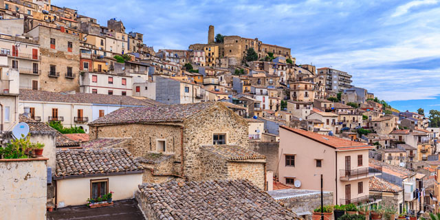 עיירה איטלקית מציעה בית בחינם ובונוס על תינוקות