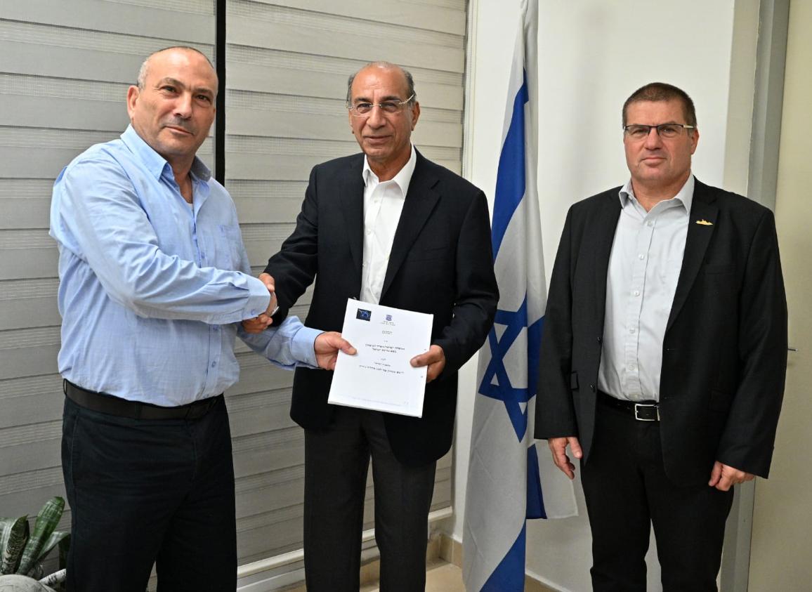 חתימת ההסכם. מימין: איתן צוקר, סמי קצב ואבי דדון, צילום: משרד הביטחון