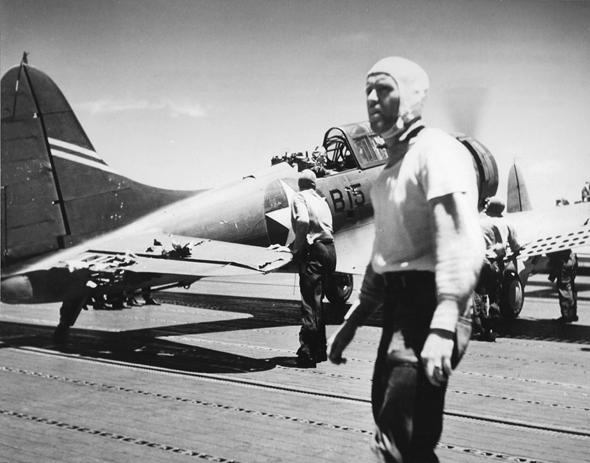 מטוס דונטלס שנחת על הספינה אנטרפרייז לאחר תקיפת הצי היפני; שימו לב לחורי הפגזים בחלקו האחורי