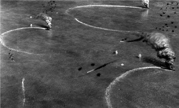 שלוש נושאות המטוסים היפניות בוערות לאחר מתקפת הדונטלסים