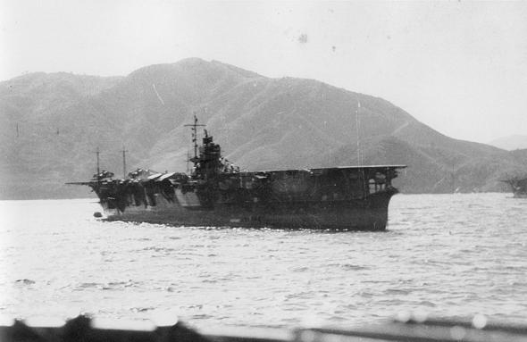 """נושאת המטוסים היפנית אקאגי (""""טירה אדומה"""") בדרכה מיפן למסע כיבושים"""